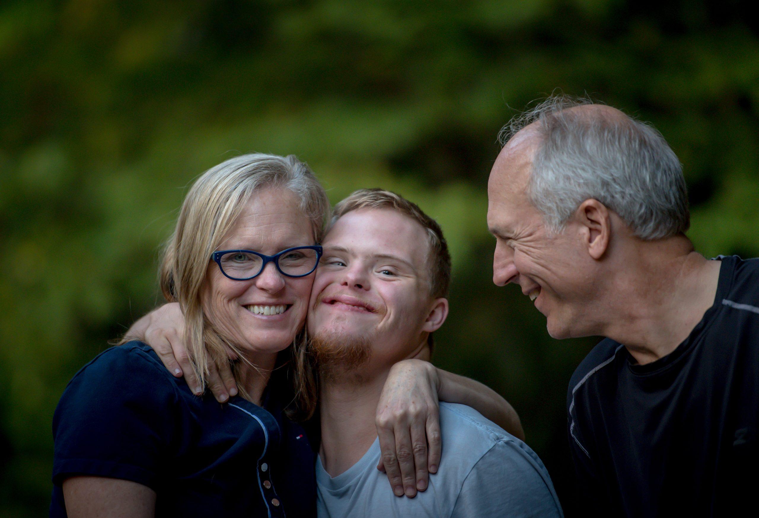 Na obrazku widać rodzinę z osobą niepełnosprawną